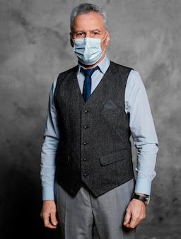 Vestito da portare dell'uomo anziano elegante del ritratto