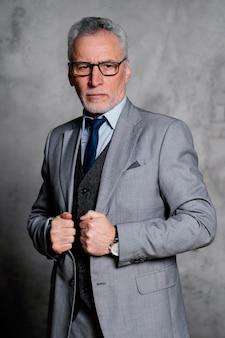 Ritratto elegante uomo anziano