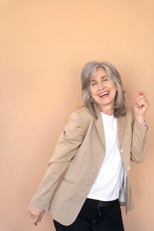 Ritratto di donna anziana elegante in posa ed essere felice