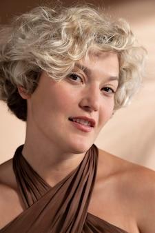 Ritratto di donna bionda elegante dai capelli corti