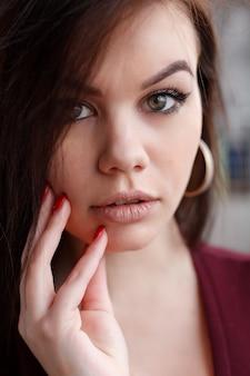 초상화, 감정, 사람, 아름다움 및 생활 방식 개념 - 큰 파란 눈, 완전한 입술, 완벽한 피부, 길고 푹신한 곱슬 머리를 가진 매혹적인 섹시한 여성의 패션 초상화를 닫습니다