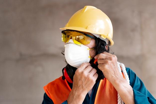 Портрет сотрудника с оборудованием для обеспечения безопасности