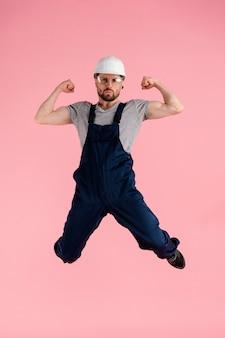 Портрет инженер человек прыгает