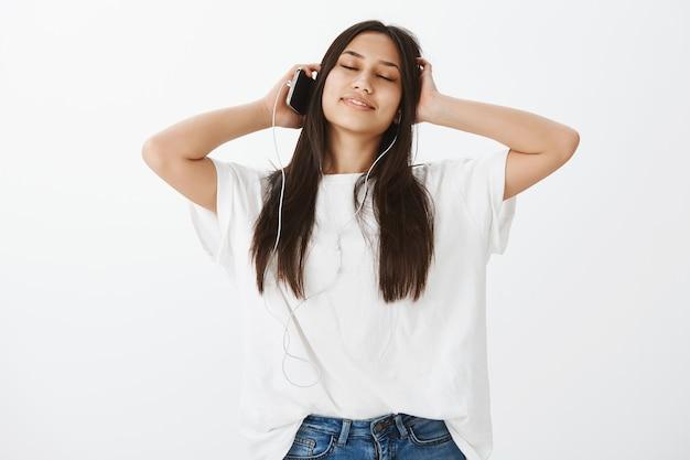 Ritratto di ragazza europea con pelle abbronzata e capelli scuri