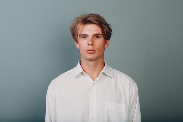스튜디오에서 초상화 유럽 젊은 남자 심각한 초상화