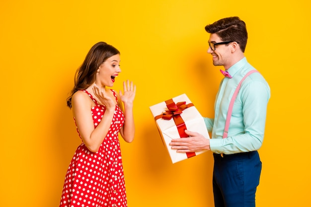 Портрет взволнованной шокированной девушки мужчина выродок дает желание подарок