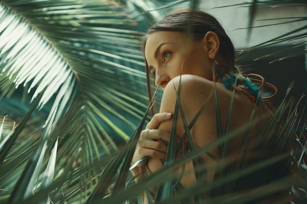 Портрет экзотической женщины среди тропических растений, мода, красота, co