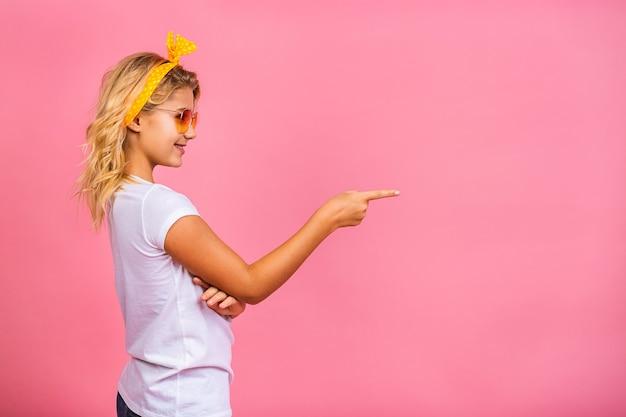 ノートパソコンを保持している肖像画の表現力豊かな少女