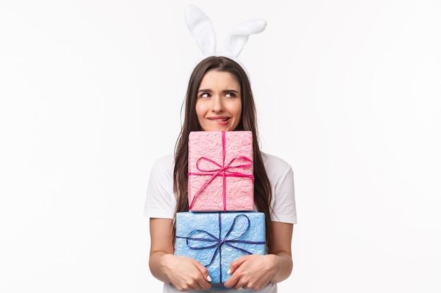 Ritratto espressivo giovane donna azienda doni