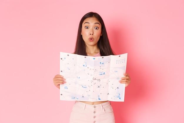 Портрет выразительной молодой женщины, держащей карту