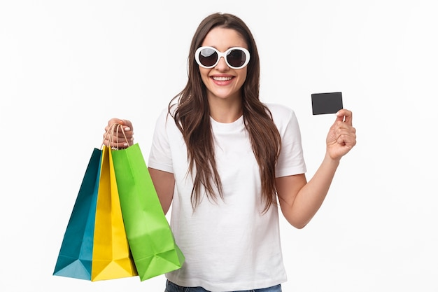 ショッピングバッグを保持している肖像画表現力豊かな若い女性