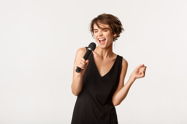 마이크에 노래 세로 표현 젊은 여자