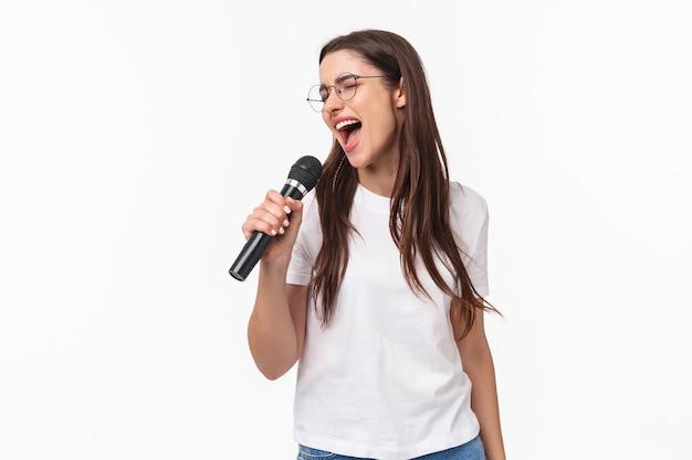 Портрет выразительной молодой женщины поет