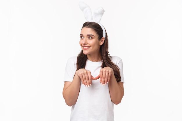 肖像画の表現力豊かな若い女性はウサギの耳を着用します