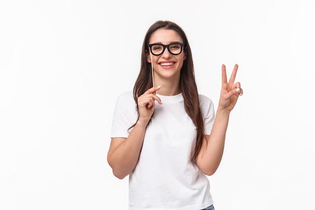 眼鏡マスクを身に着けている肖像画表現力豊かな若い女性