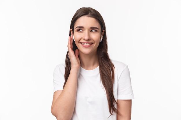 Портрет выразительной молодой женщины с аэродромами