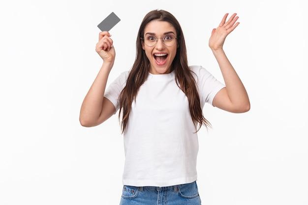 Ritratto espressiva giovane donna con carta di credito