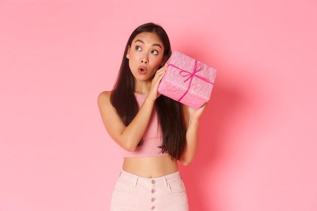 선물 상자와 세로 표현 젊은 여자