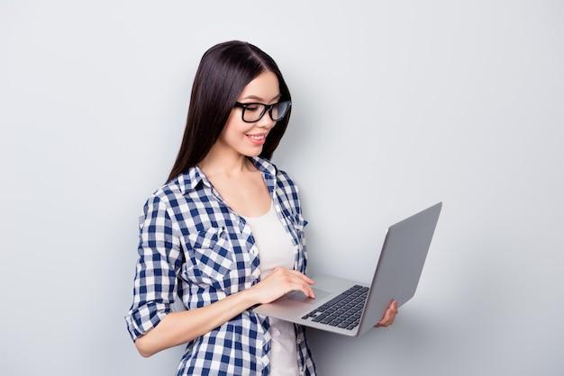 Портрет выразительной молодой женщины с ноутбуком