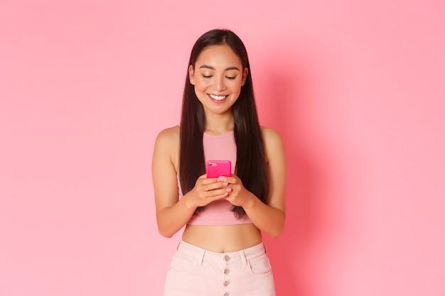 モバイルで表現力豊かな若い女性の肖像画