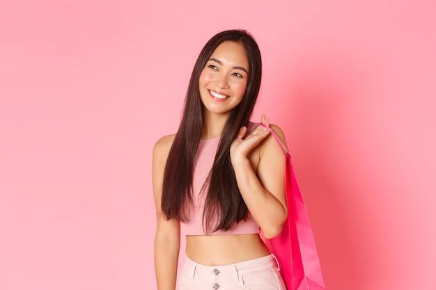 Giovane donna espressiva del ritratto con i sacchetti della spesa