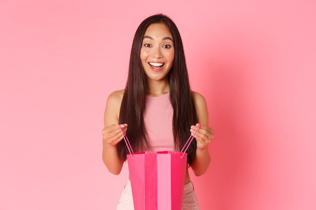 쇼핑백과 세로 표현 젊은 여자