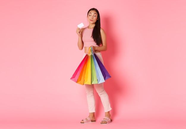 Портрет выразительной молодой женщины с хозяйственными сумками