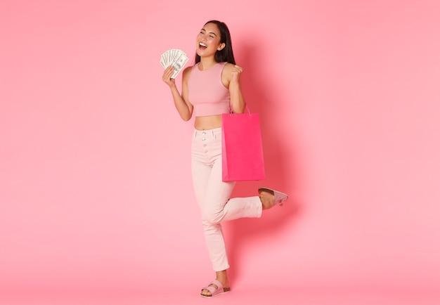 ショッピングバッグを持つ肖像画表現力豊かな若い女性
