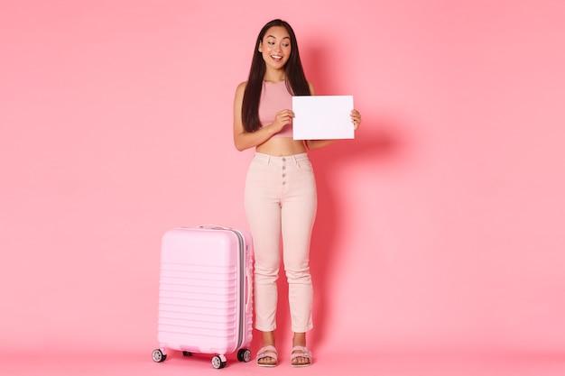 スーツケースを持つ肖像画表現力豊かな若い女性