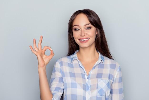 Портрет выразительной молодой женщины