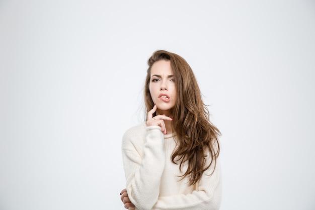 Портрет молодой женщины фа, кусающей губы, изолированные на белом фоне