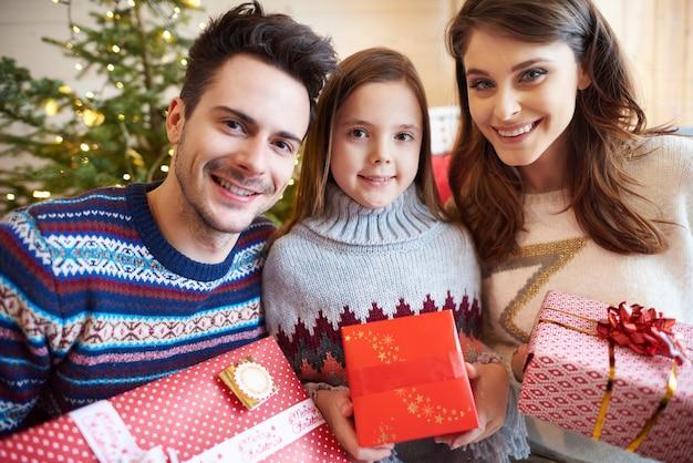 Ritratto di famiglia durante il periodo natalizio