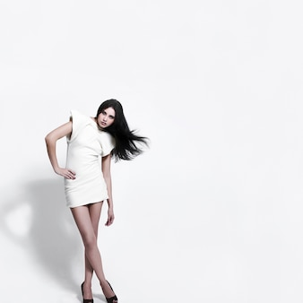 Ritratto di modella con trucco luminoso di bellezza su bianco