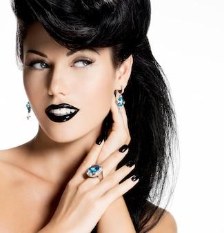 Ritratto di donna moda con unghie nere e labbra in colore nero