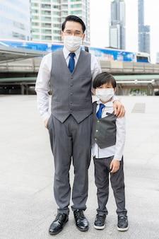 격리 기간 동안 보호를 위해 보호 얼굴 마스크를 쓰고 초상화 아버지와 아들