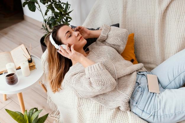 Портрет женщины дома медитации Premium Фотографии