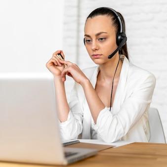 Портрет женщины на работе с видеозвонком