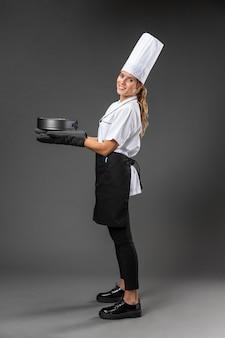 Cuoco unico femminile del ritratto con la pentola