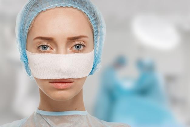 Ritratto di medico donna che indossa attrezzature