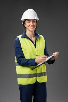 クリップボードを持つ肖像画の女性エンジニア