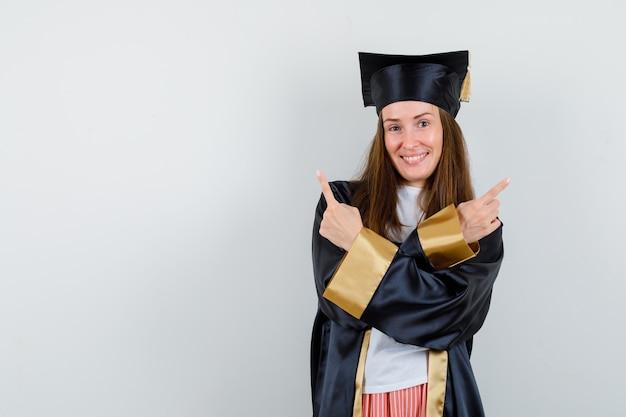 Ritratto di donna laureata rivolta verso l'alto in abito accademico e guardando allegro vista frontale