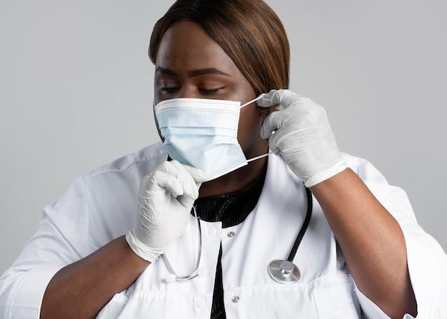 Ritratto dell'operatore sanitario femminile in attrezzature speciali
