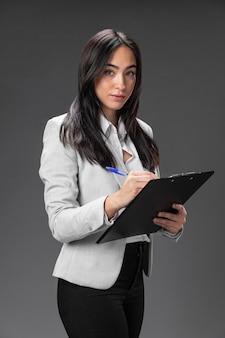 クリップボードとフォーマルなスーツの肖像画の女性弁護士