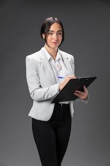 Портрет женщины-юриста в официальном костюме с буфером обмена