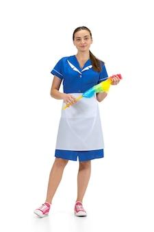 Ritratto di donna fatta, cameriera, operaio delle pulizie in uniforme bianca e blu isolato su bianco