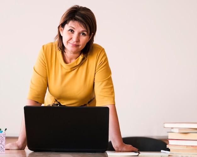 ノートパソコンと肖像画の女教師