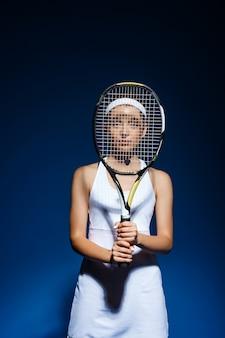 Ritratto del tennis femminile con la posa della racchetta