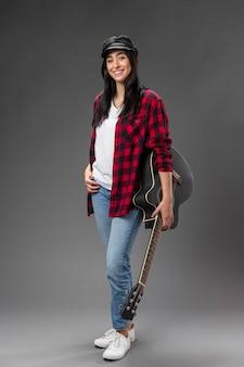ギターと肖像画の女性