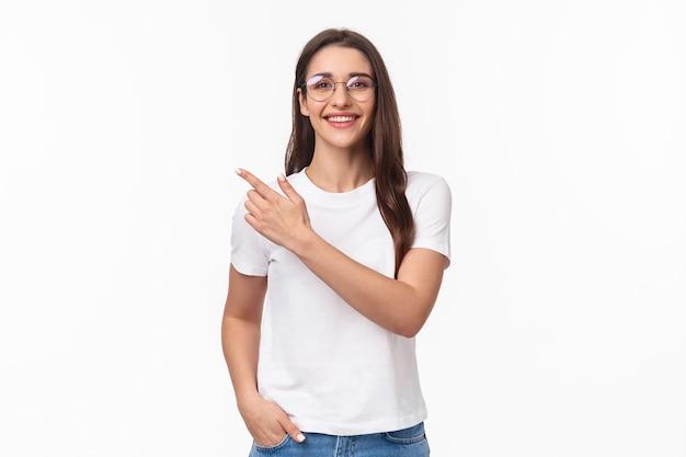 Ritratto di amichevole, attraente giovane donna 20s con gli occhiali