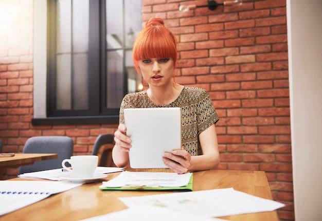 Ritratto di donna allo zenzero in ufficio